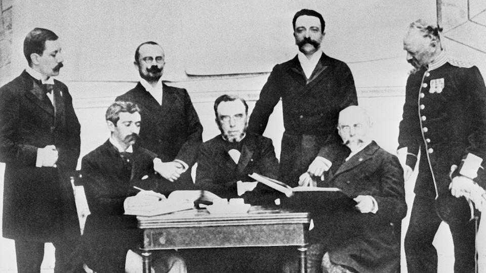 Les membres du Comité international olympique (CIO) en 1896.