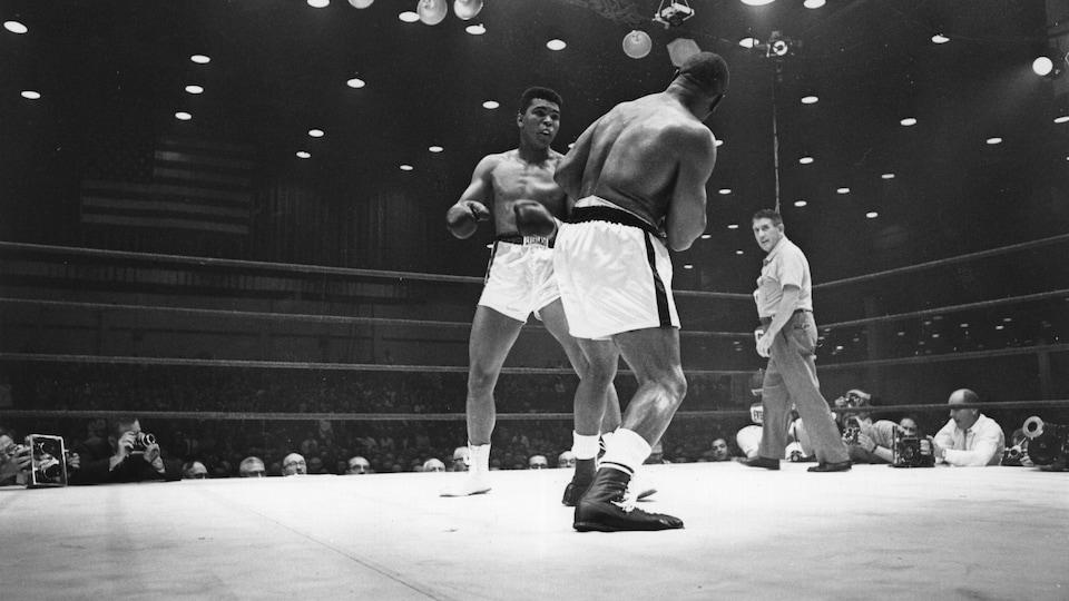Les boxeurs Mohammed Ali et Sonny Liston échangent des coups sur le ring lors de leur combat décisif de 1964.