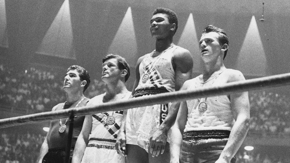 Les boxeurs Giulio Saraudi, Anthony Madigan, Mohammed Ali et Zbigniew Pietrzykowski posent avec leur médaille aux Jeux olympiques de Rome de 1960.