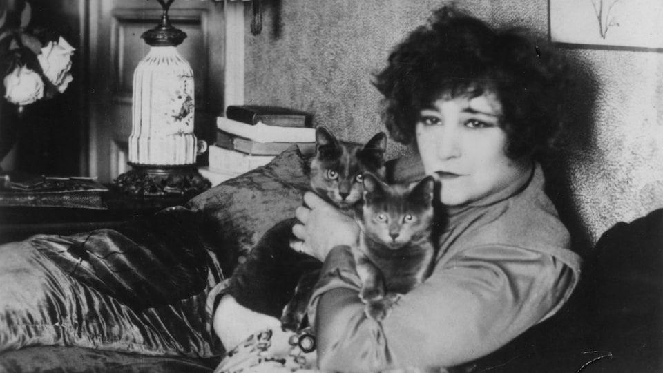 Colette en compagnie de ses chats.