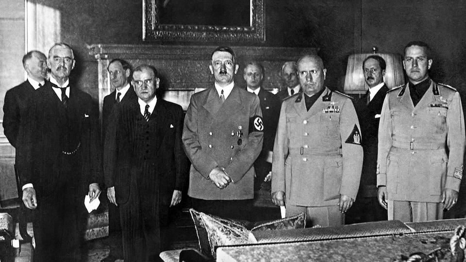 Les chefs d'État Neville Chamberlain, Édouard Daladier, Adolf Hitler et Benito Mussolini accompagné de Galeazzo Ciano, le ministre italien des Affaires étrangères, lors de la conférence de Munich, en 1938