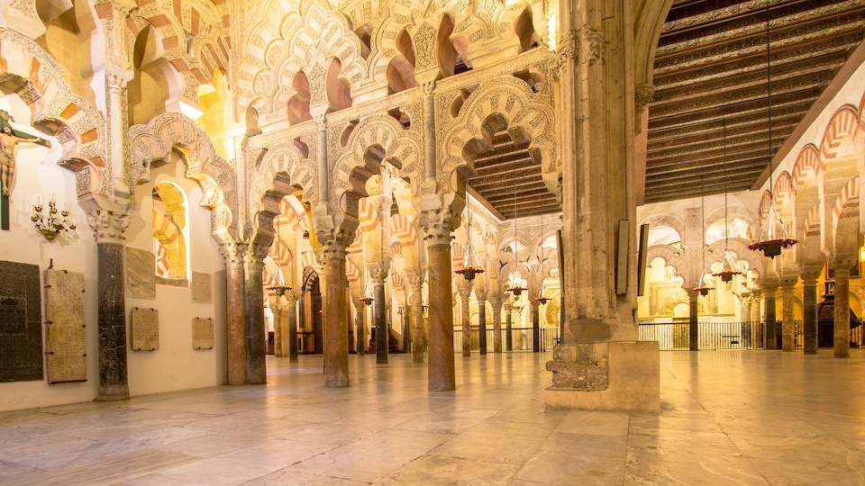 Murs d'arabesques sur piliers de marbre à l'intérieur de la mosquée-cathédrale de Cordoue.