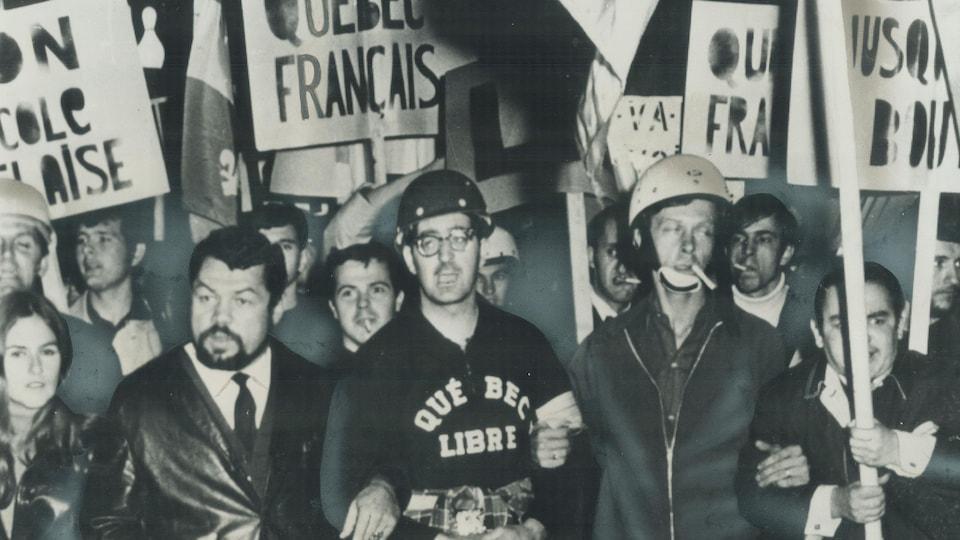 Reggie Chartrand et Raymond Lemieux accompagnent un groupe de manifestants tenant des pancartes le 10 septembre 1969.