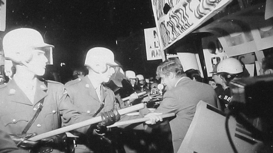 Policiers et manifestants s'affrontent lors de l'émeute du 10 septembre 1969 à Saint-Léonard.