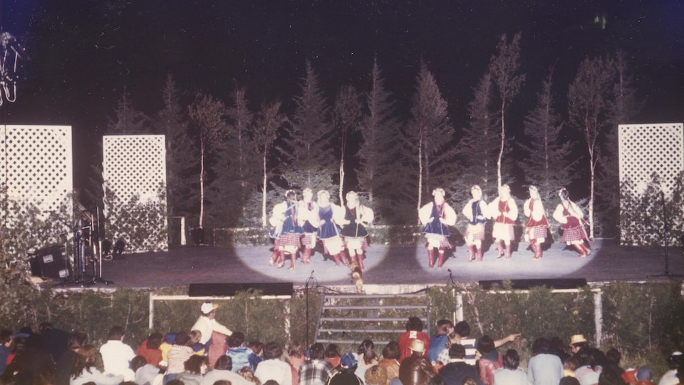 Spectacle extérieur de danse folklorique lors du Festival de folklore inter-ethnique de Saint-Octave de l'Avenir en 1979.