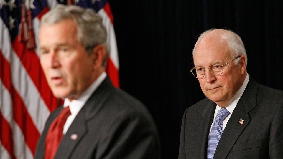 Le 10 septembre 2007, Dick Cheney écoute George W. Bush lors d'une cérémonie.
