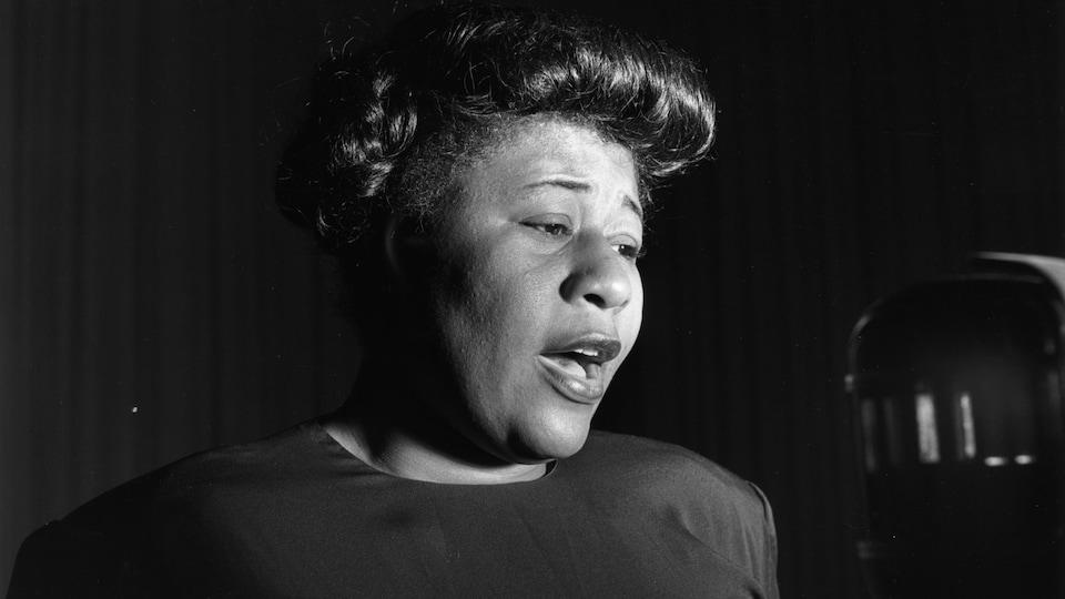 La chanteuse de jazz Ella Fitzgerald (1917 - 1996) chante en studio.