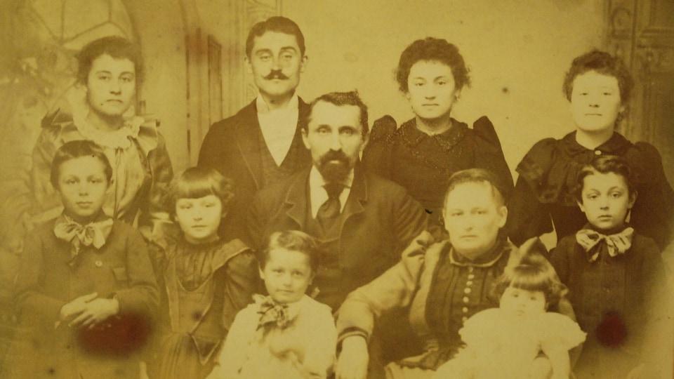 Une photo de famille de Canadiens français vivant aux États-Unis.
