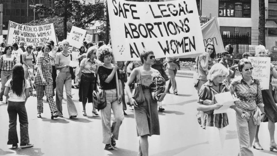 Des manifestantes tiennent des panneaux avec des slogans féministes lors d'une manifestation pour l'Equal Rights Amendment à New York, en 1978.
