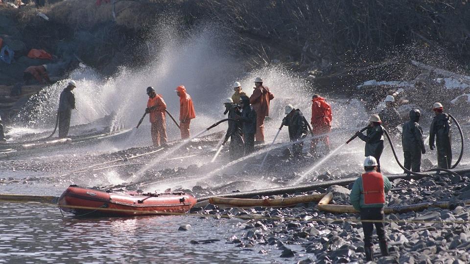 Le 21 avril avril 1989, des équipes tentent de nettoyer les côtes de l'Alaska avec des jets à haute pression.