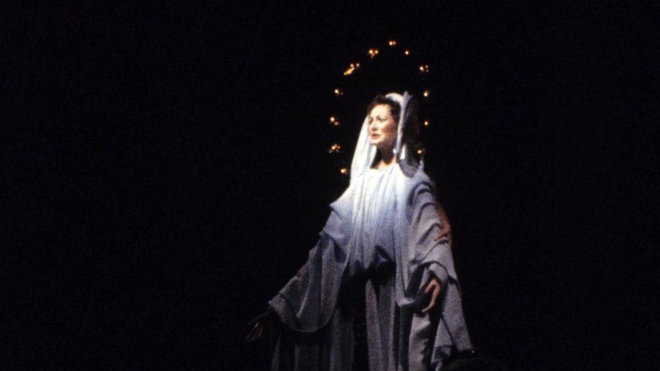 Louisette Dussault en Vierge Marie dans la production originale de la pièce Les fées ont soif.