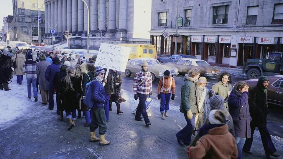 Groupe de gens manifestant devant le palais de justice de Montréal en 1978.