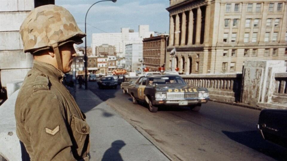 Des soldats surveillent un pont à Montréal après l'imposition de la Loi sur les mesures de guerre le 16 octobre 1970.