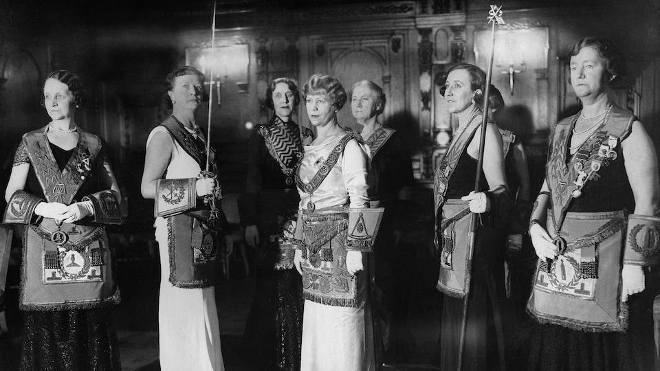 Des femmes franc-maçons en costumes officiels lors d'un rituel à Londres, en 1934.