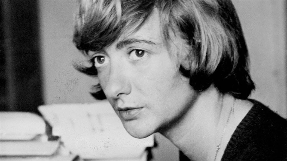 Un portrait en noir et blanc de l'écrivaine.