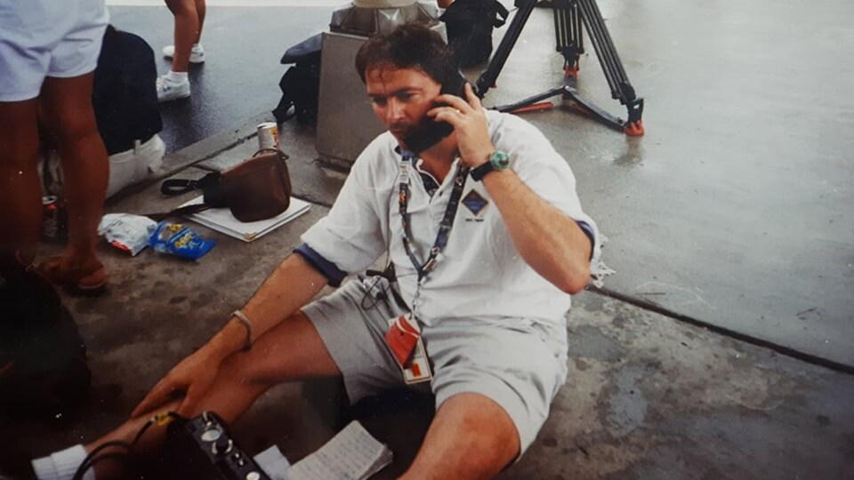Robert Frosi utilisant un téléphone satellite à Atlanta, en 1996.