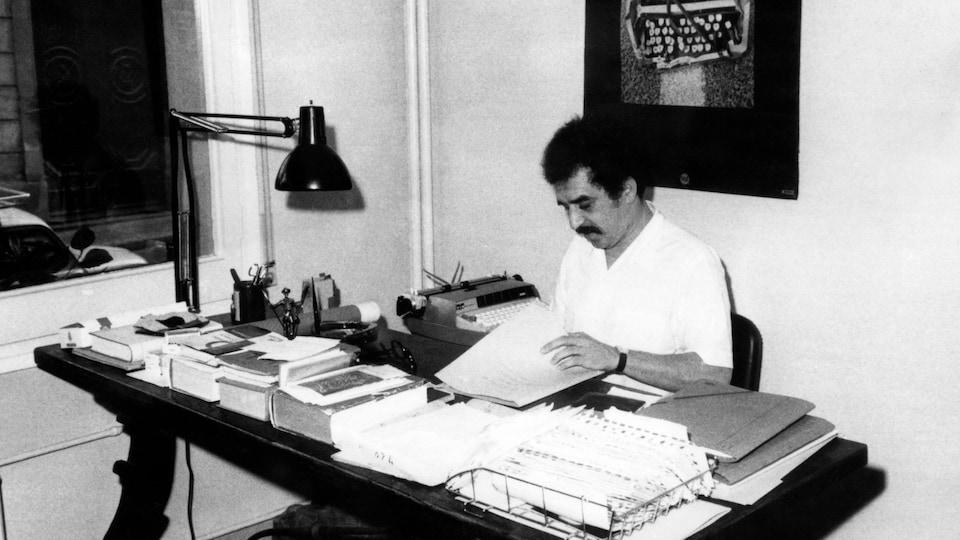 Gabriel Garcia Marquez travaille à son bureau sur cette photo d'archives de 1970.