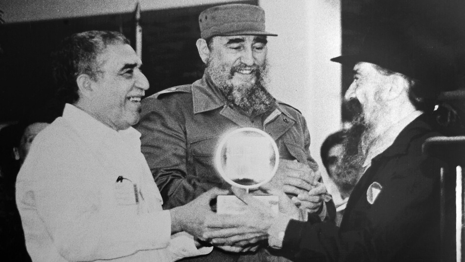 L'auteur Gabriel Garcia Marquez, le président cubain Fidel Castro et le cinéaste Fernando Birri fraternisent lors d'une cérémonie en 1986,