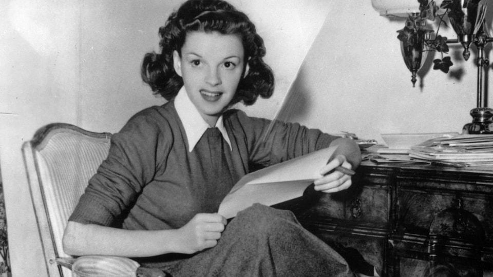 Judy Garland assise chez elle en 1944.