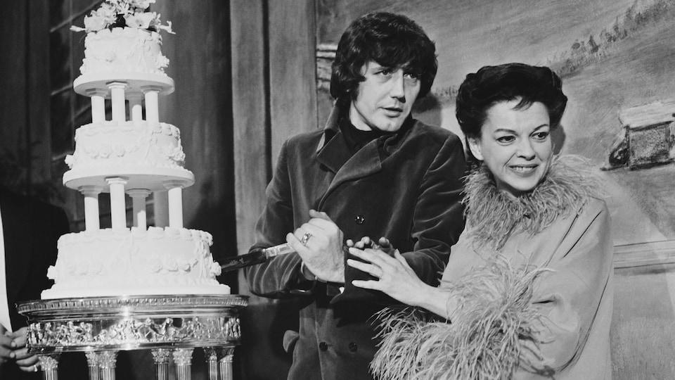 Judy Garland et son mari Mickey Deans en train de tailler une part d'un gâteau de mariage.
