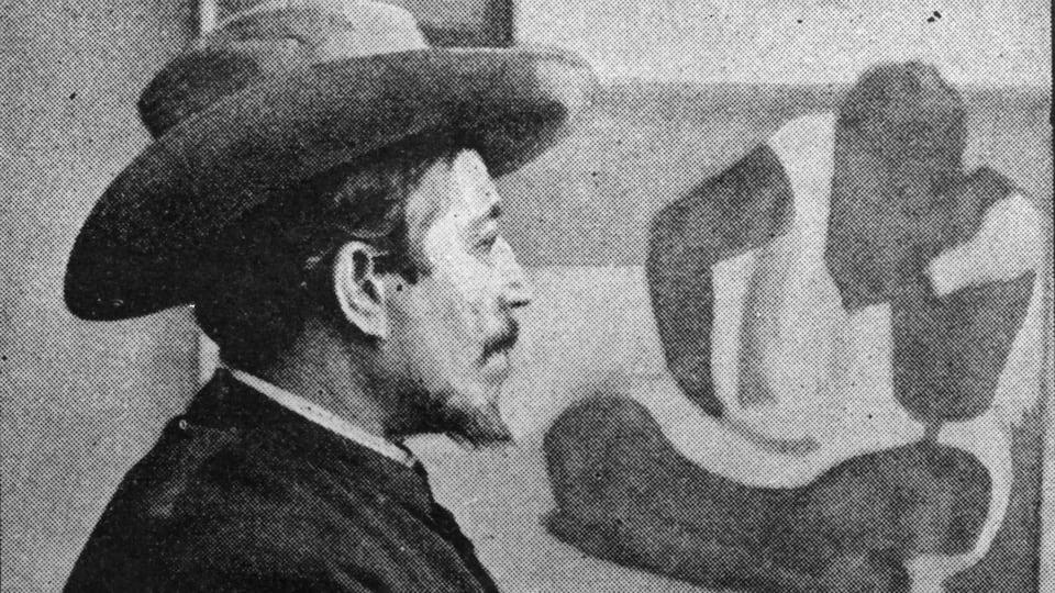 Paul Gauguin devant l'une de ses toiles en 1895.