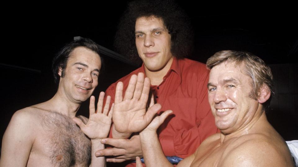 Jacques Fauteux, André Roussimoff et Édouard Carpentier posent sur un ring pour l'émission <i>Appelez-moi Lise</i>.