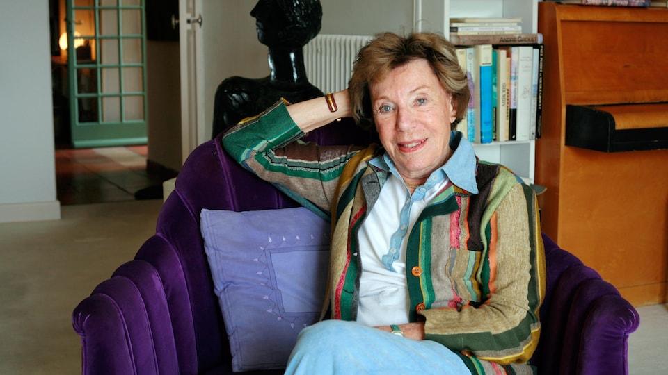 Benoîte Groult pose le 7 avril 2007 dans sa maison à Hyères, en France.