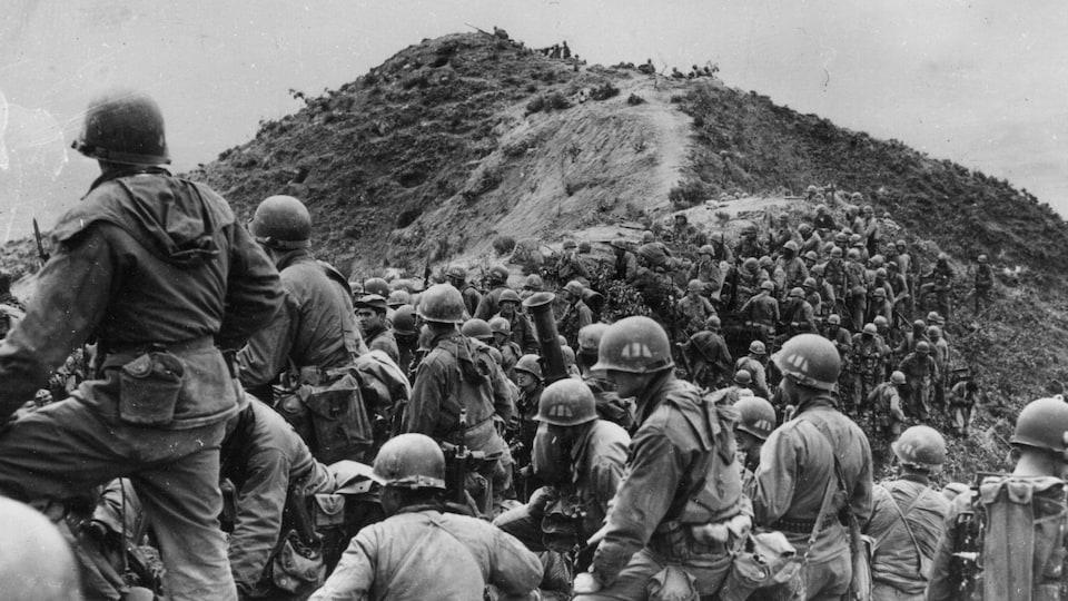 En mai 1951, des dizaines de soldats américains se tiennent sur une crête quelque part en Corée.