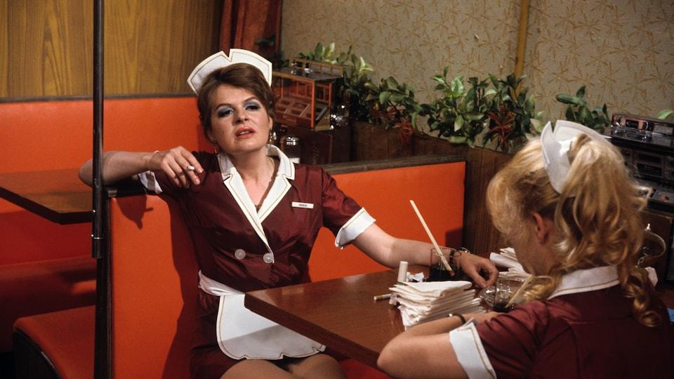 Luce Guilbeault et Micheline Herbard en serveuses dans En pièces détachées, en 1970.