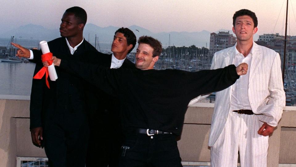 Hubert Koundé, Saïd Taghmaoui, Mathieu Kassovitz et Vincent Cassel badinent au Festival de Cannes, le 28 mai 1995.