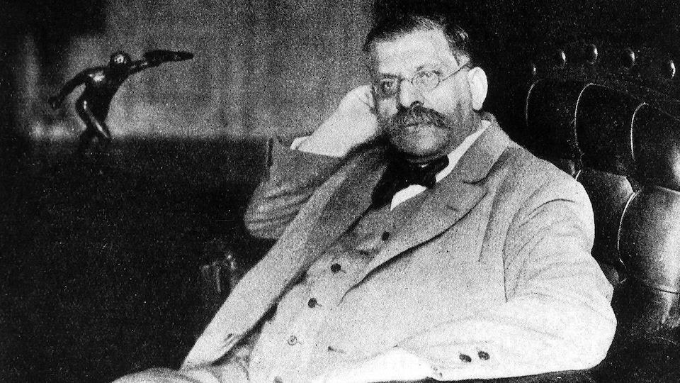 Magnus Hirschfeld assis dans un fauteuil.