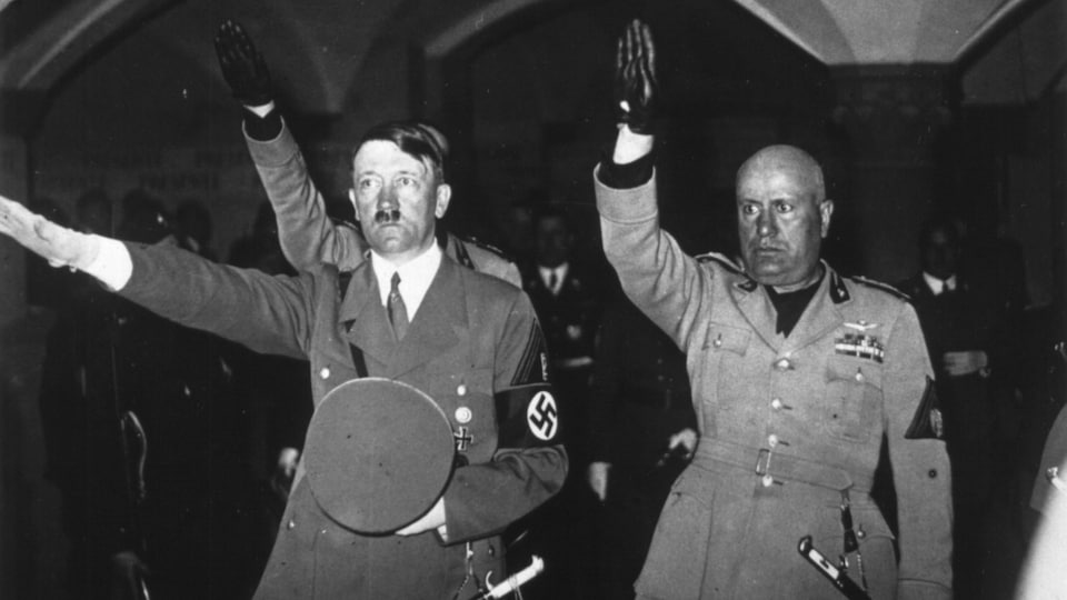 Côte à côte, Adolf Hitler et Benito Mussolini font le salut fasciste.