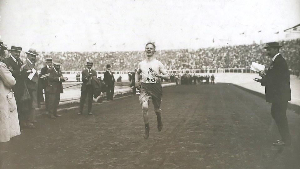 Le Suédois Johan Svanberg à la ligne d'arrivée de l'épreuve du marathon masculin aux Jeux olympiques de Londres de 1908.