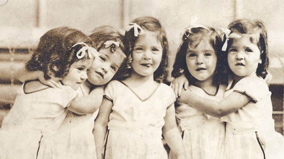 Les quintuplées Dionne en 1937.