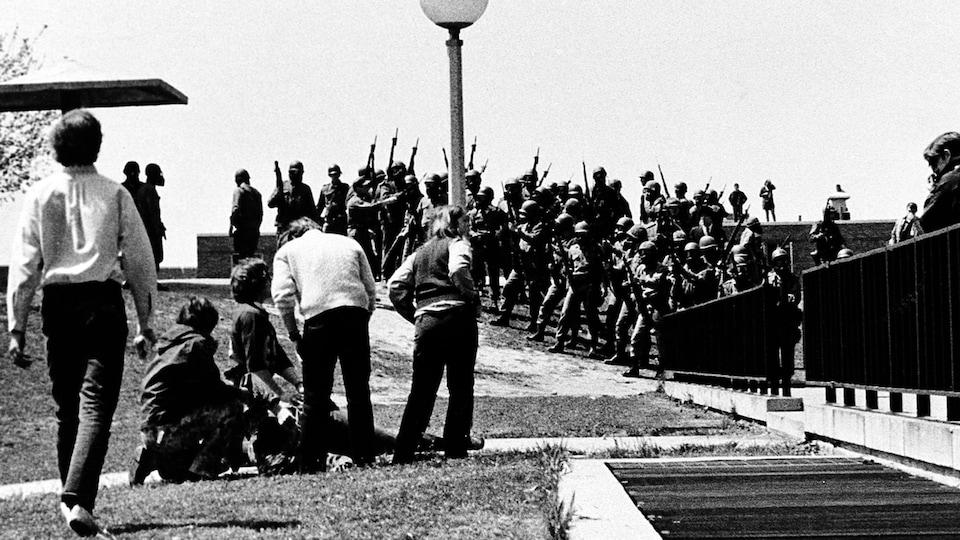 Attroupement autour d'un blessé, non loin d'un détachement de la Garde nationale à l'Université de Kent, le 4 mai 1970.