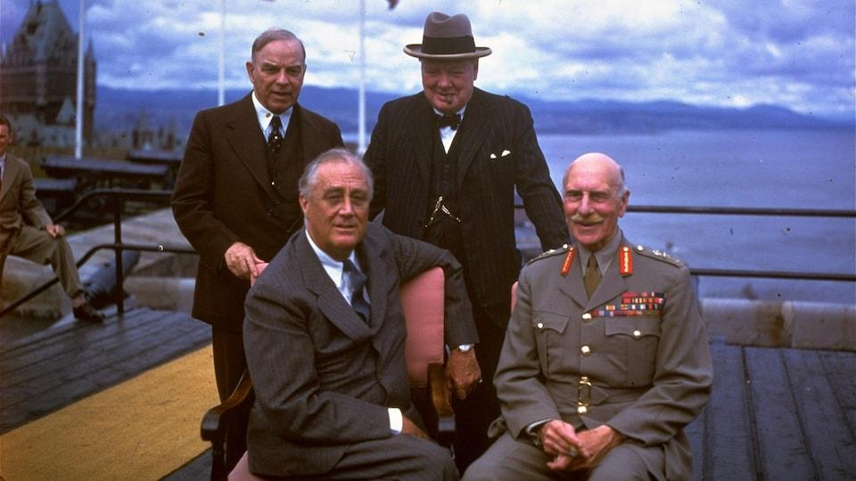 Mackenzie King, Winston Churchill, Franklin D. Roosevelt et le comte d'Athlone sur la terrasse Dufferin, à Québec, en août 1943.
