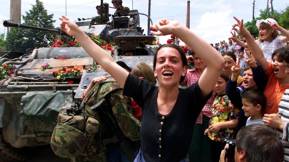 Scène de joie dans les rues du Kosovo lors de la fin des hostilités, en juin 1999.
