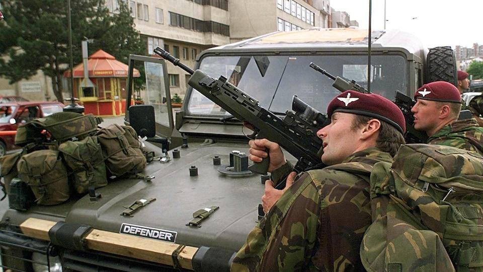 Des soldats de l'OTAN dans les rues du Kosovo, en juin 1999.