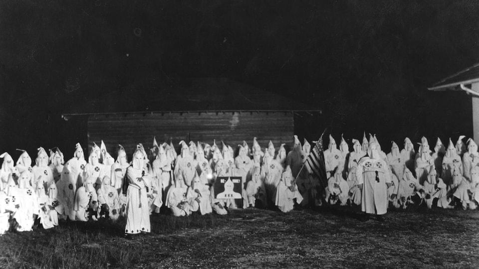 Vaste rassemblement de membres du Ku Klux Klan en costume, en 1920.