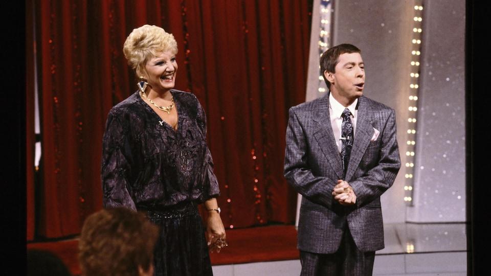 Suzanne Lapointe et Gilles Latulippe devant un rideau rouge dans <i>Les démons du midi</i> en 1987.