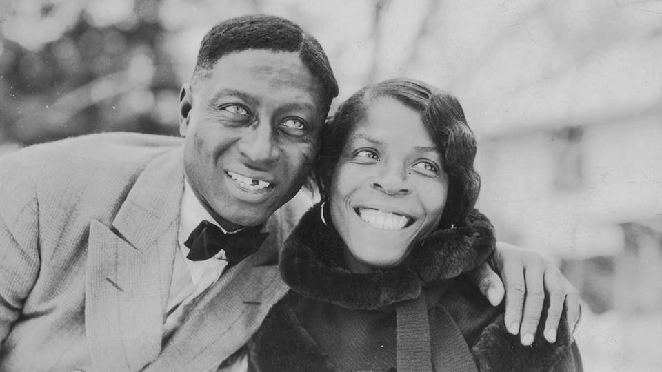Le chanteur Lead Belly et sa femme, Martha, souriants.