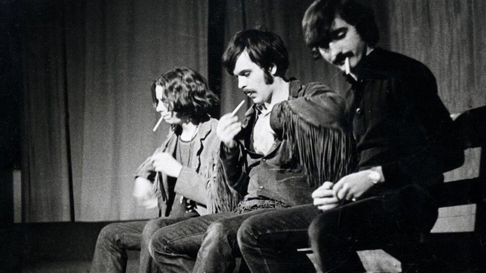 André Paiement, Gaston Tremblay et Denis Courville  fument sur scène dans la pièce Moé, j'viens du Nord, s'tie