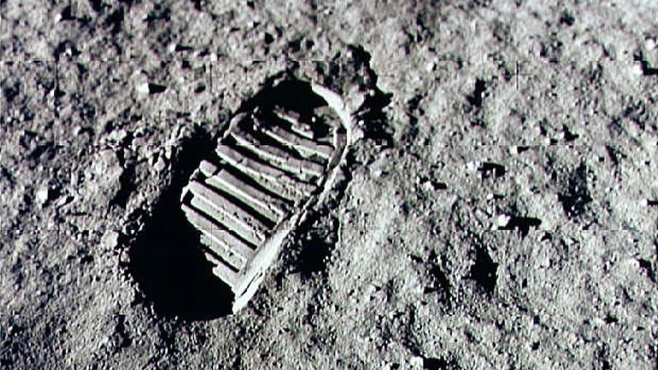 L'empreinte de Neil Armstrong laissée dans le sol sur la Lune.