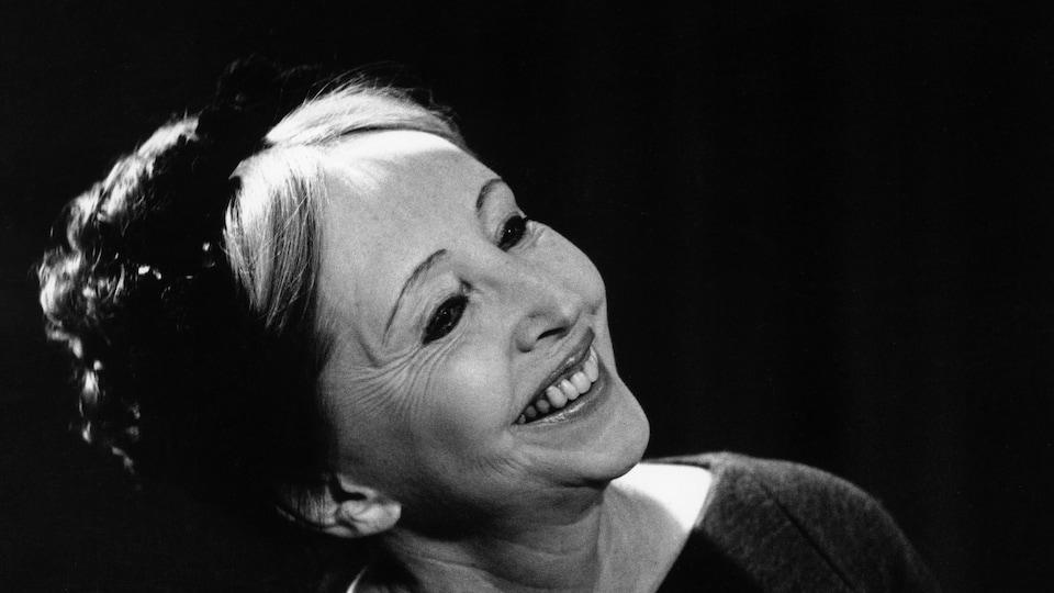 De profil, Anaïs Ninoffre un large sourire.