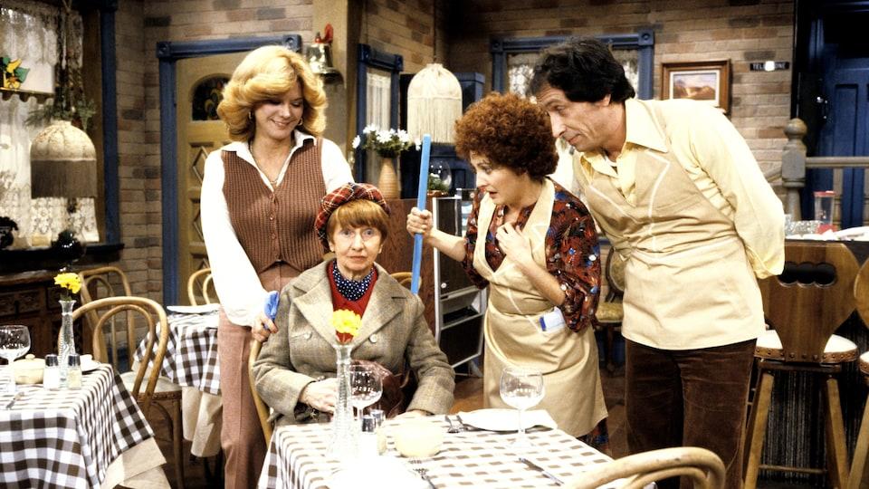 Denise Filiatrault, Rose Ouellet, Louisette Dussault et Benoît Marleau dans Chez Denise (1978).