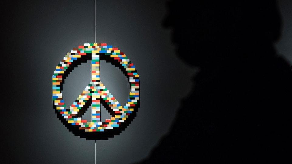 Une sculpture représentant le symbole de la paix en blocs Lego.