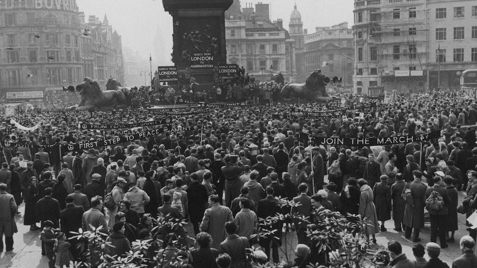Foule au Trafalgar Square de Londres à l'occasion de la marche antinucléaire du 4 avril 1958.