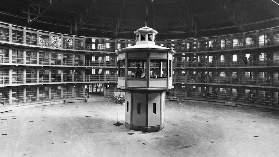Vue sur la cour intérieur de la prison de Stateville, en Illinois. L'établissement correctionnel a été construit sur le modèle du panoptique de Jeremy Bentham.