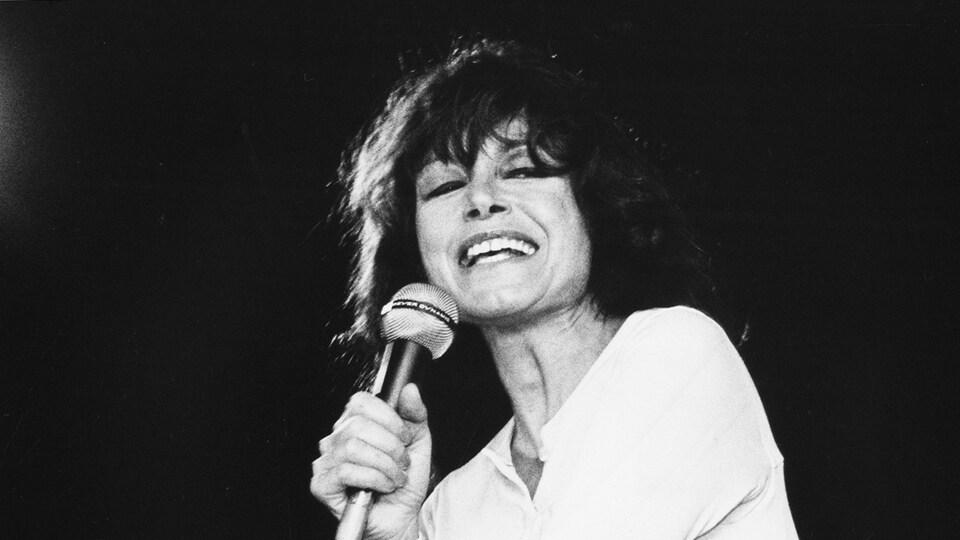 Pauline Julien interprète une chanson en 1979.