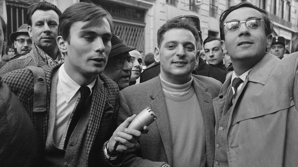 L'auteur Georges Perec entouré d'une meute de journalistes en 1965.